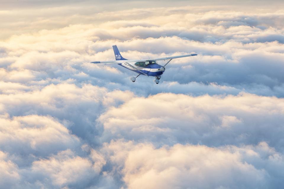Cessna 172 EC-NME sobrevuela el mar de nubes